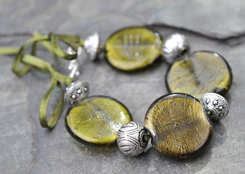 Náramek khaki zelené korálky - stužky  B0015G