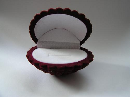 Sametová krabička na šperky - mušle červená