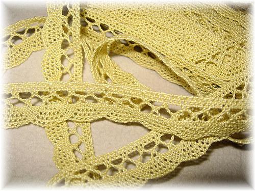 žluta paličkovaná krajka