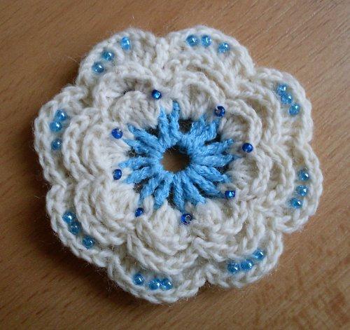 Bílo-modrá háčkovaná