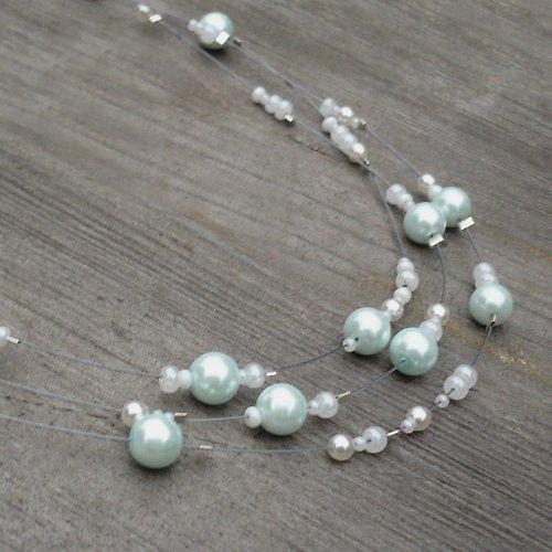 Bílá s kapkou světlounce zelené - náhrdelník