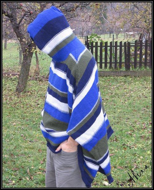 Pruhované pončo s kapucí