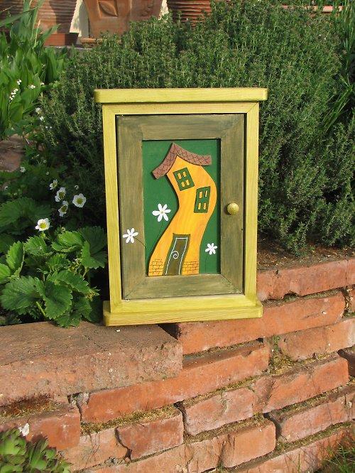 Dřevěná skříňka na klíče DOMEK NA PALOUKU