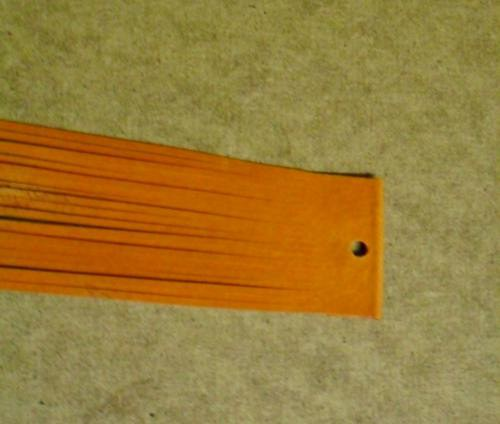 Balení oranžových kožených řemínků po 20ks