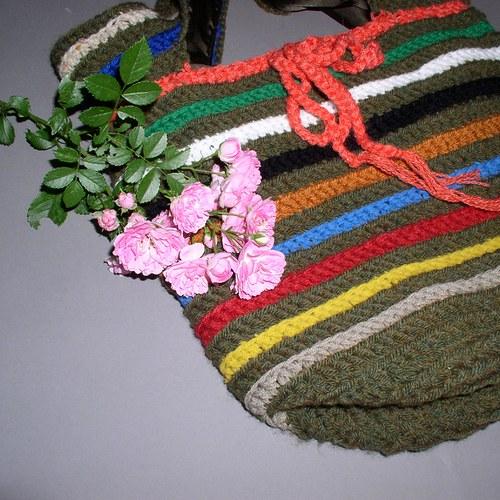 Háčkovaná taška s barevnými proužky 109 Kč