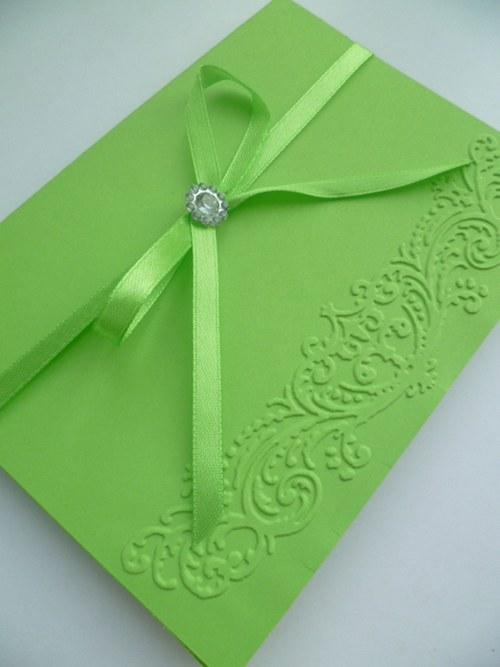 zelené jarní svatební oznámení se vzorem a stuhou