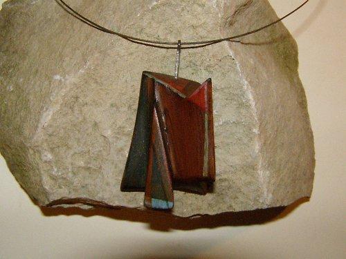Dřevěný šperk na kruhu