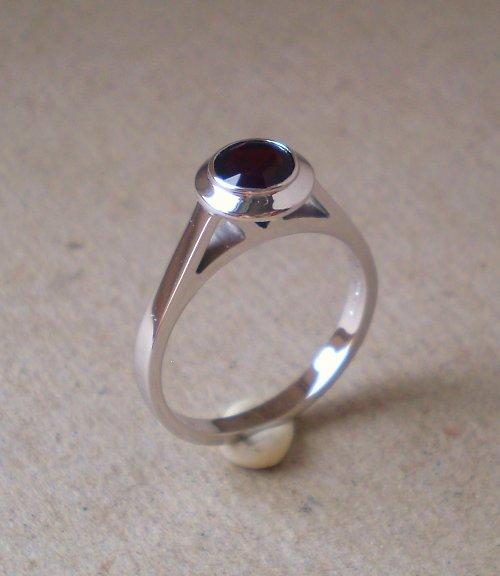 Prsten z bílého zlata s Českým granátem.