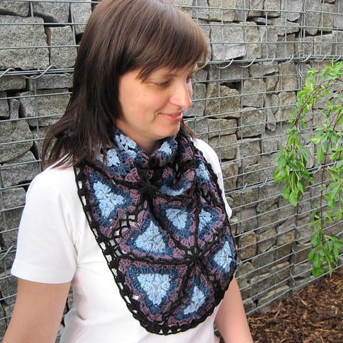 Háčkovaný šátek s trojúhelníky - SKLADEM