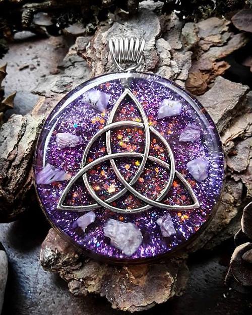 Orgonitový šperk s Triquetrou a Čaroitem