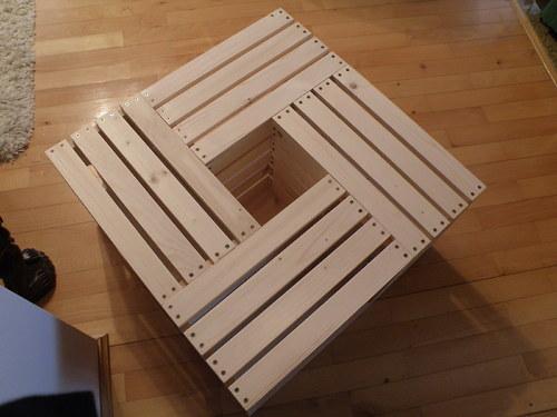 Konferenční stolek z bedniček.