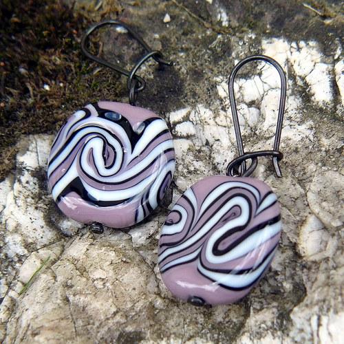 Náušnice, fialové placky točené - vinuté perle