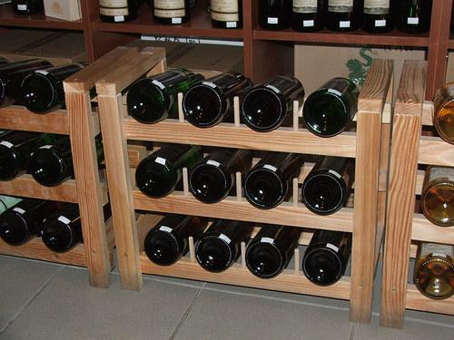 Větší dřevěný stojan na víno na 12 lahví