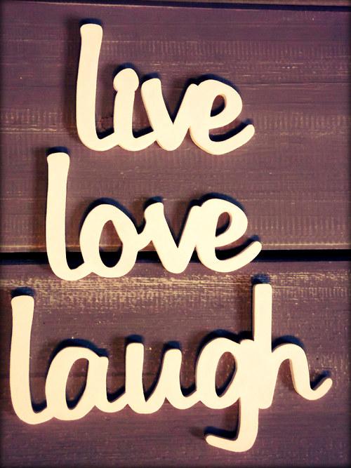 nápis LOVE,LIVE,LAUGH -psací písmo různé barvy