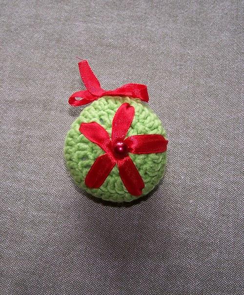 Háčkovaná vánoční kulička s perličkou