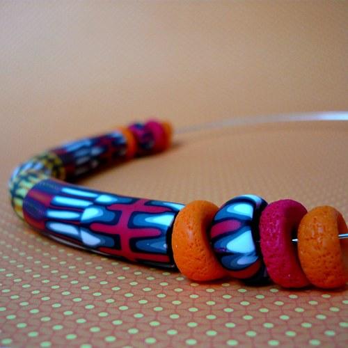 Červenooranžový náhrdelník na obruči