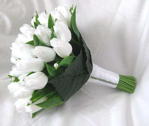 Svatební kytice z bílých tulipánů