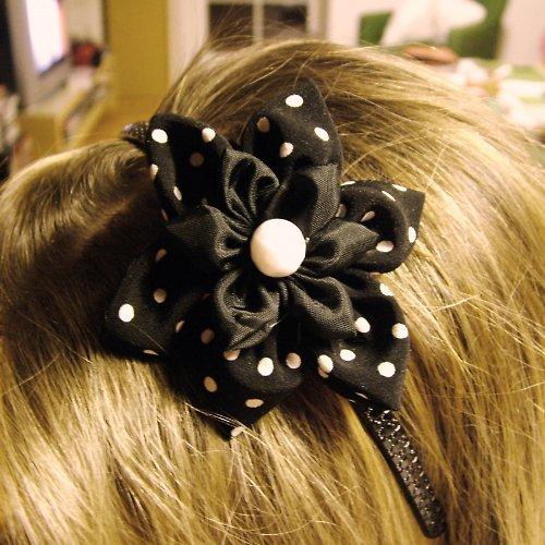 Černobíle puntíkovaná čelenka