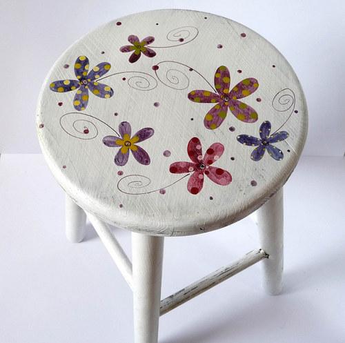 dřevěná stolička velká - bílá s květy