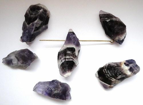 Minerál ametyst - surový, provrtaný