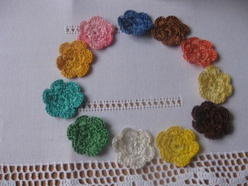 háčkované jednobarevné kytičky