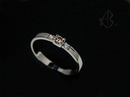 """prsten z bílého zlata s briliantem \""""whiskey\"""""""