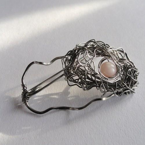 hnízdečko s perletí..brož