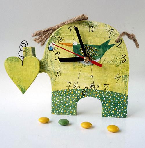 zelený mamut jde za svým srdcem a musí tahat ptáka