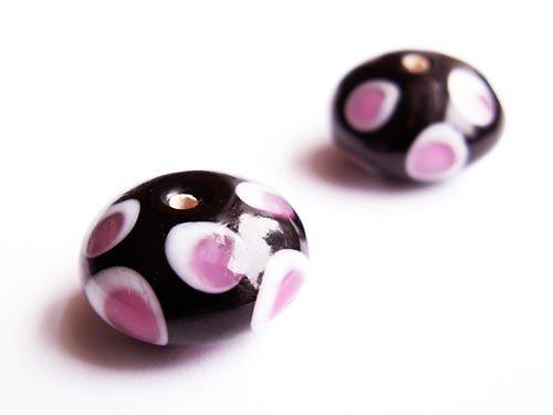 Černý bochánek s růžovobílými oky ((V113))