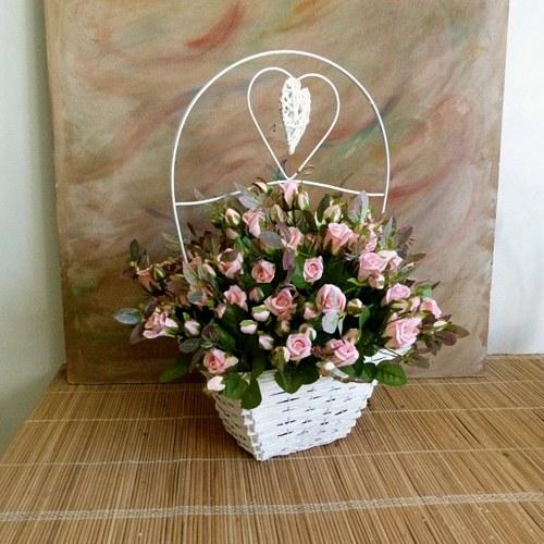 Proutěný koš s umělými růžemi  /72 cm/