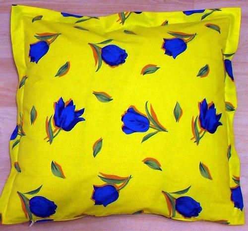 Polštářek žluté barvy