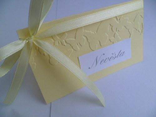 jemně žluté jmenovky s ornamentem