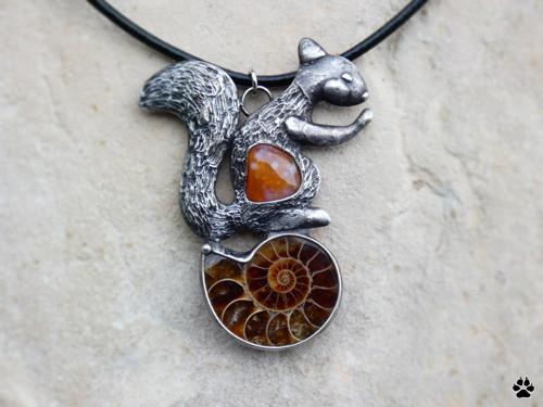 Hravá veverka - amonit,karneol - náhrdelník