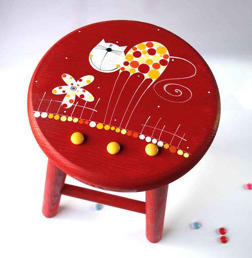 dřevěná stolička - červená kočička hubená nožička