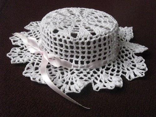 Háčkovaný klobouček se stužkou