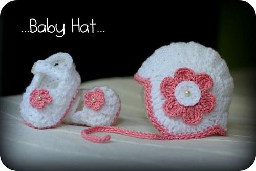SLEVA!!! Bílá čepička s perličkou a květinou