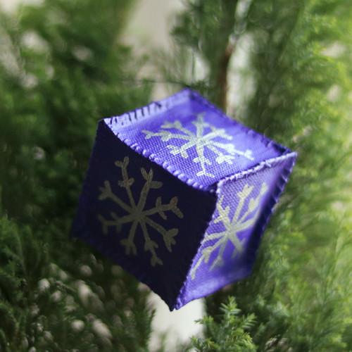 Vánoční ozdoba - Fialová krychle, stříbrná vločka