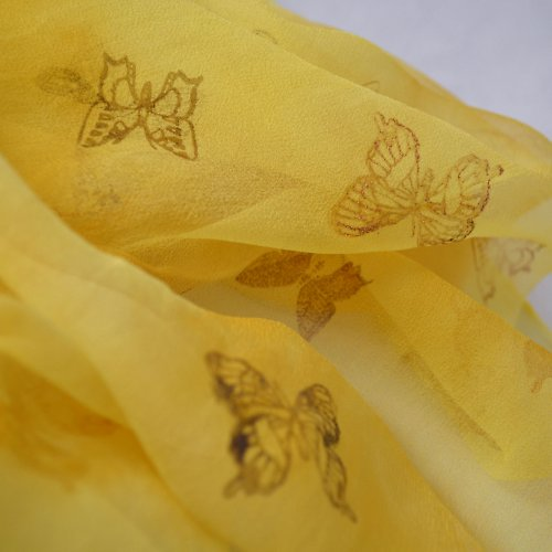 žluto-oranžová šifonová šála s motýlky