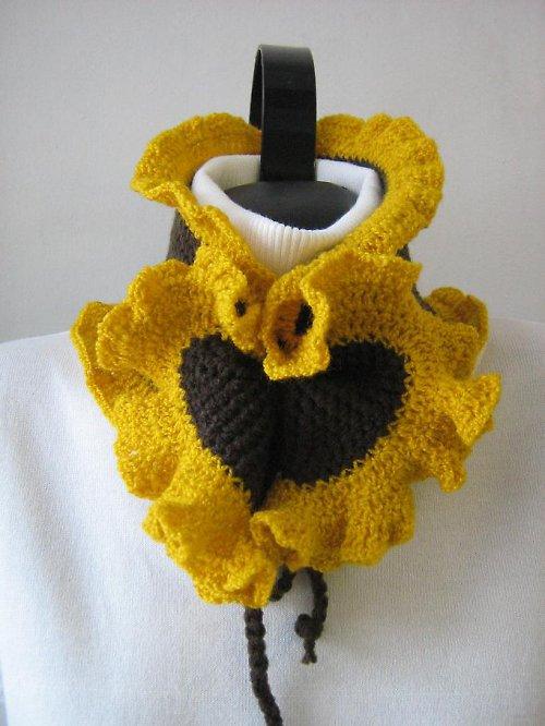 Háčkovaný, žluto - hnědý nákrčník