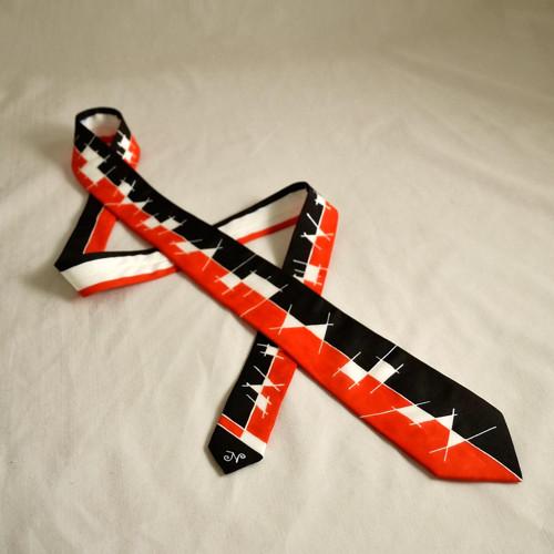 Úzká červeno-černá hedvábná kravata s čárami