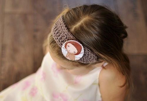 Háčkovaná čelenka s odznáčkem Pupa art by Venia