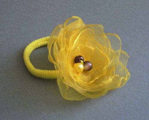 žlutá květinka do vlasů