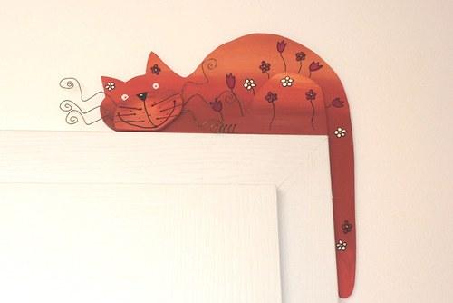 Dřevěná kočka oranžová LUČNÍ na dveře nebo polici
