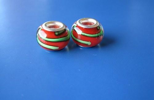 Korálky skleněné - 2ks-červen se zel.proužke