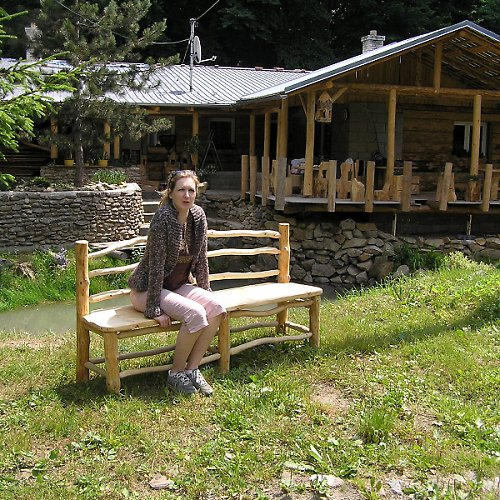 Dřevěná masivní lavice z kulatiny
