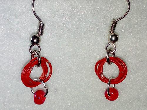 Červené náušnice z korálkem