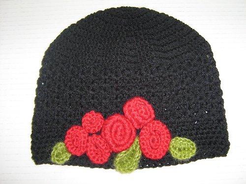 Černá háčkovaná čepice