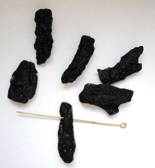 Minerál tektit- surový, provrtaný