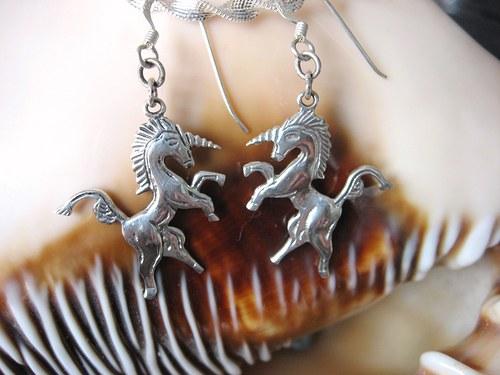 Unicorn - náušnice starostříbrné.