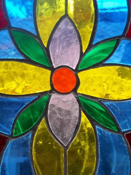 Vitráž dávající vyniknout barvám a kráse skla